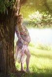 Eine schwangere Frau im Garten Lizenzfreie Stockfotografie