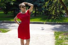 Eine schwangere Frau ist der vierte Monat Lizenzfreie Stockfotos