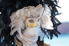 Eine Schwarzweiss-Federmaske am Karneval von Venedig Stockbild