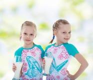 Eine Schwester täuscht vor, durch Erscheinen ihres Zwillings der Neigung heraus ausgeflippt zu werden Stockfotos