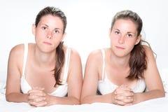 Eine Schwester täuscht vor, durch Erscheinen ihres Zwillings der Neigung heraus ausgeflippt zu werden Stockfotografie