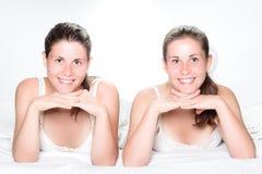 Eine Schwester täuscht vor, durch Erscheinen ihres Zwillings der Neigung heraus ausgeflippt zu werden Lizenzfreie Stockbilder