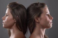 Eine Schwester täuscht vor, durch Erscheinen ihres Zwillings der Neigung heraus ausgeflippt zu werden Lizenzfreies Stockfoto