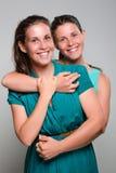 Eine Schwester täuscht vor, durch Erscheinen ihres Zwillings der Neigung heraus ausgeflippt zu werden Lizenzfreie Stockfotografie