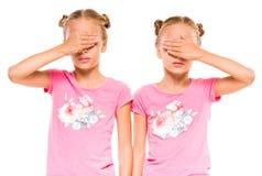 Eine Schwester täuscht vor, durch Erscheinen ihres Zwillings der Neigung heraus ausgeflippt zu werden Lizenzfreie Stockfotos