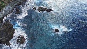 Eine Seebucht mit malerischen Bergen stockfotografie