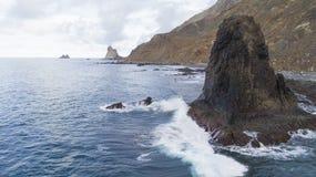 Eine Seebucht mit malerischen Bergen lizenzfreie stockfotografie