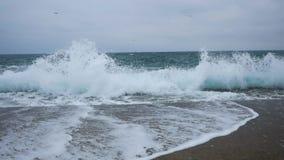 Eine Seebucht mit malerischen Bergen stock video