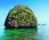 Eine Seebucht mit malerischen Bergen Lizenzfreies Stockfoto