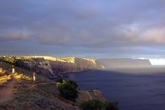 Eine Seebucht mit malerischen Bergen Stockfoto