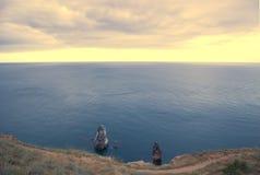 Eine Seebucht mit malerischen Bergen Stockfotos