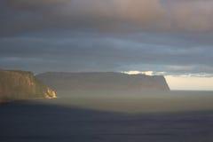 Eine Seebucht mit malerischen Bergen Stockbild