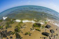 Eine Seebucht mit malerischen Bergen Fisheye-Linse stockfotografie