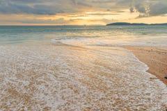 eine Seewelle auf dem sandigen Strand von AO Nang in Thailand, ein beautifu Lizenzfreie Stockfotos