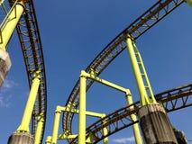 Eine Segmentachterbahn auf Hintergrund des blauen Himmels Lizenzfreie Stockfotografie