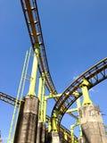 Eine Segmentachterbahn auf Hintergrund des blauen Himmels Lizenzfreie Stockbilder