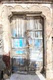 Eine sehr abgenutzte und zerschlagene alte blaue Tür Lizenzfreies Stockbild