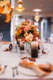 Eine sehr freundlich verzierte Hochzeitstafel Lizenzfreie Stockfotos