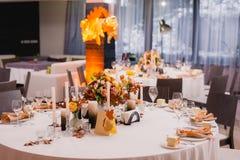 Eine sehr freundlich verzierte Hochzeitstafel mit Platten und Servietten Stockfotografie