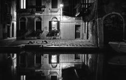 Eine sehr ruhige Ecke in Venedig mit ruhigem Kanalwasser, Altbauten und Architektur und Lampenlichter bis zum Nacht, Italien stockfotos