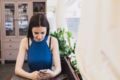Eine sehr schöne Geschäftsfrau sitzt in einem Café und denkt über weitere Pläne nach Lizenzfreie Stockfotos