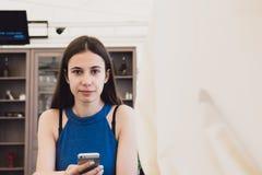 Eine sehr schöne Geschäftsfrau sitzt in einem Café und denkt über weitere Pläne nach Lizenzfreies Stockbild