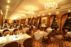 Eine sehr sehr große Halle mit Lampe und Tabelle Lizenzfreie Stockfotografie