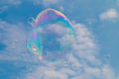 Eine Seifenblase, die durch den Himmel schwimmt Stockbilder