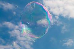 Eine Seifenblase, die durch den Himmel schwimmt Lizenzfreie Stockbilder