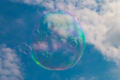 Eine Seifenblase, die durch den Himmel schwimmt Lizenzfreies Stockbild