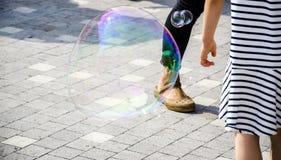Eine seifige Blase in der Sonne Lizenzfreie Stockfotografie
