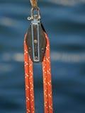 Eine Seilrolle und ein Seil lizenzfreie stockbilder