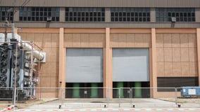 Eine Seite einer Fabrik mit Zäunen in der Tageszeit Lizenzfreie Stockfotografie
