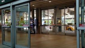 Eine Seite Eingang in YVR-Flughafen stock footage