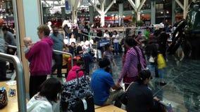 Eine Seite Flughafenabfertigungsgebäude mit Leuten machen eine Pause im Wartebereich stock video