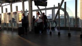 Eine Seite Pendler gehend, skytrain an der YVR-Flughafenstation zu nehmen stock footage