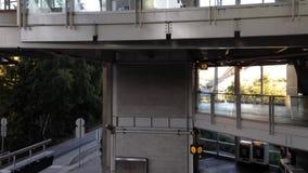 Eine Seite Pendler gehend, skytrain an der YVR-Flughafenstation zu nehmen stock video footage