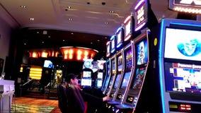 Eine Seite von den Leuten, die Spielautomaten spielen stock footage
