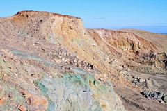 Eine Seitenansicht entlang einem Felsensteinbruch stockfotos
