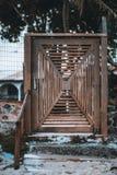 Eine selbst gemacht alte Holztür auf der Straße stockfoto