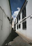 Eine Sevilla-kleine Straße (calle) stockfotografie