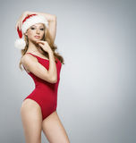 Eine sexy blonde Frau in der roten Weihnachtswäsche Stockfotografie
