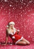 Eine sexy blonde Frau in erotischer Sankt-Wäsche Lizenzfreies Stockbild