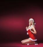 Eine sexy Frau, die in der erotischen Weihnachtswäsche aufwirft Stockfotos