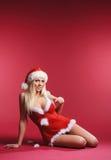 Eine sexy Frau, die in erotische Weihnachtswäsche legt Stockbilder