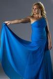 Eine sexy Frau im langen blauen Kleid Lizenzfreie Stockbilder
