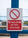 Eine Sicherheit kein kletterndes Zeichen draußen auf Metallbau Stockbild