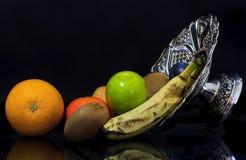Eine silberne Schüssel mit Frucht Lizenzfreie Stockfotografie