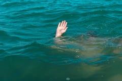 Eine sinkende Person, die Rettung eines ertrinkenden Mannes Lizenzfreies Stockbild