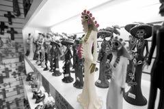 Eine skeleton Braut in der weißen Statue in einem Souvenirladen Lizenzfreie Stockbilder